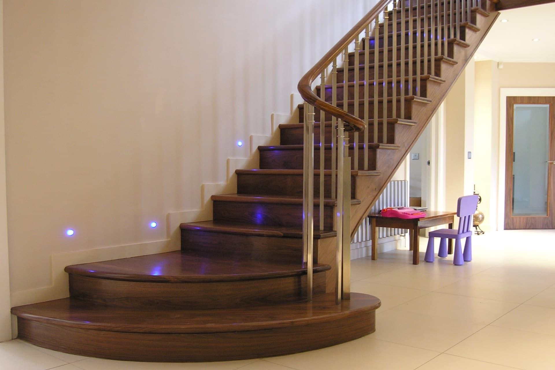 Cum să planifici o scară la mansardă. Cum să faci singur o scară la mansardă: planuri și calcul