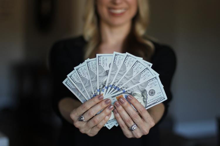 ajută să câștigi bani mari