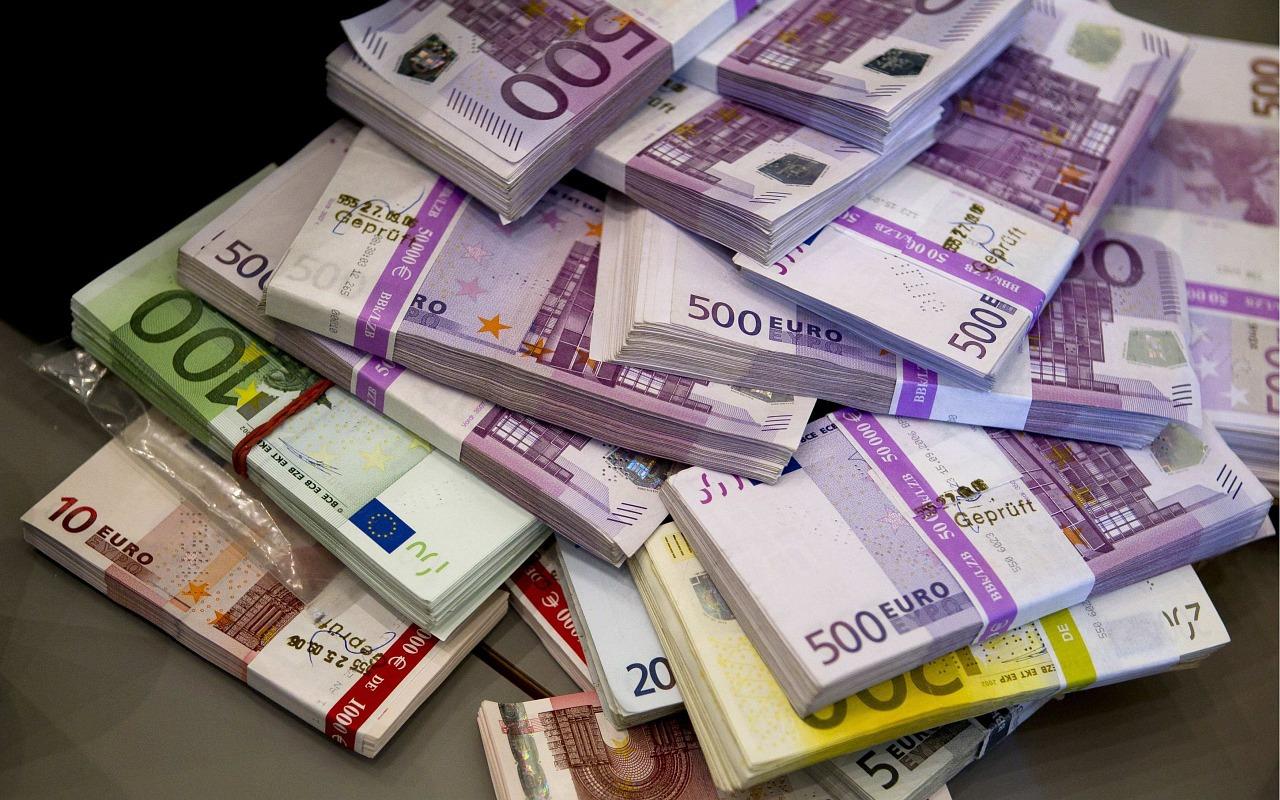 Ce fac românii cu banii câștigați în străinătate? | Transfergo Blog